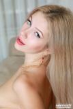 blondinka-v-krasnyh-trusikah-i-chulkah-16