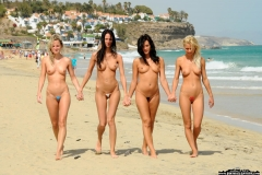 podruzhki-v-otkrovennyh-bikini 2