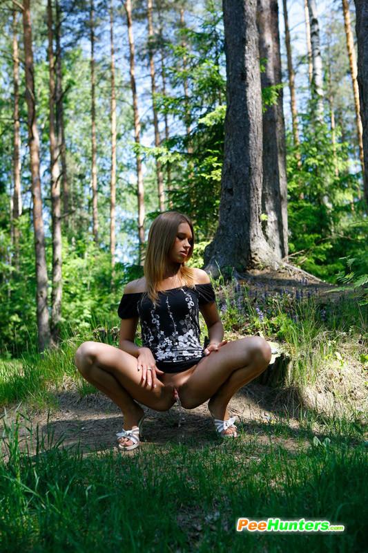 devushka-ssushchaya-v-lesui-14