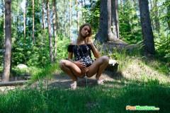 devushka-ssushchaya-v-lesui-4