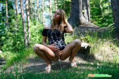 devushka-ssushchaya-v-lesui-9