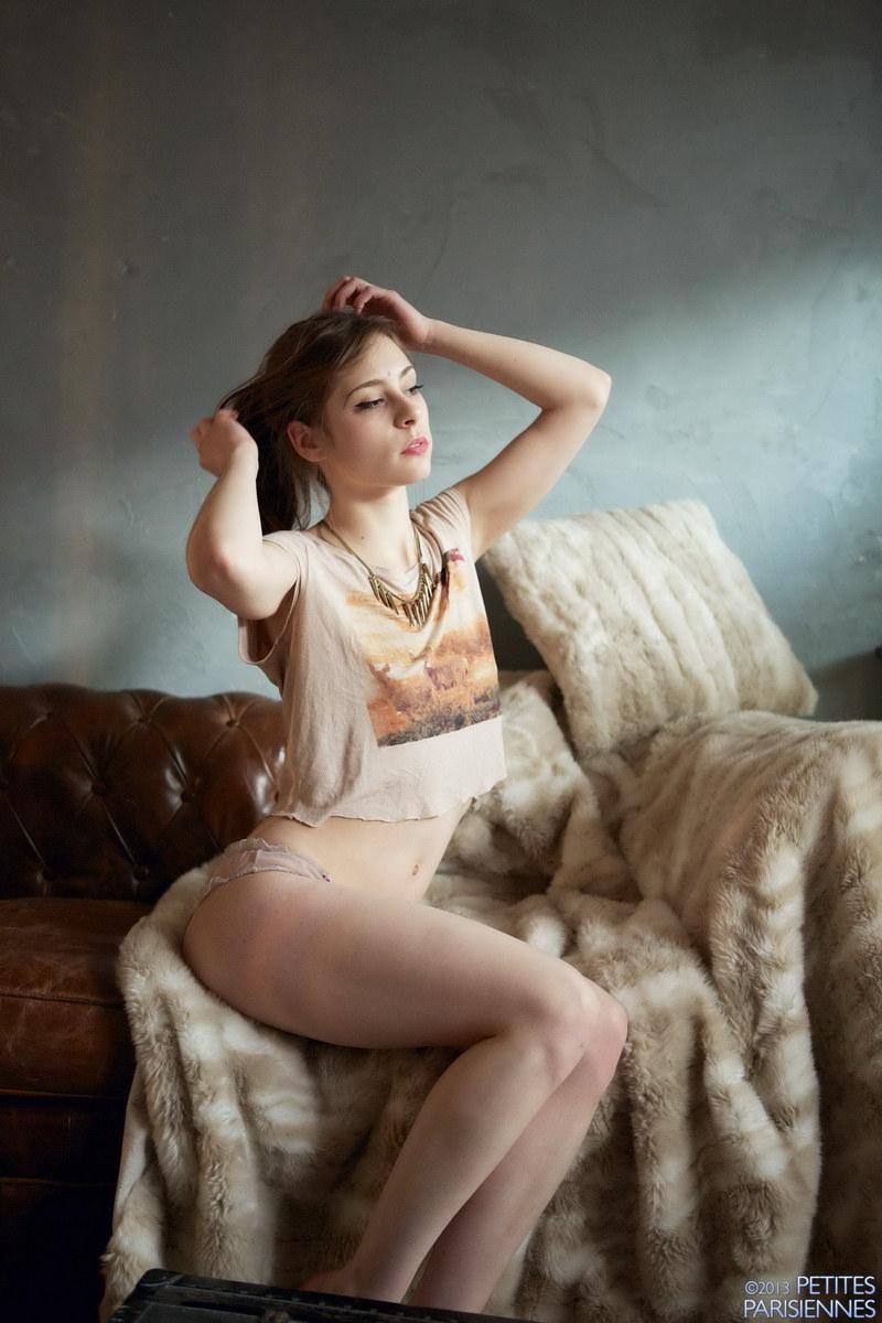 stsrojnaya-devushka-razdevaetsya-15