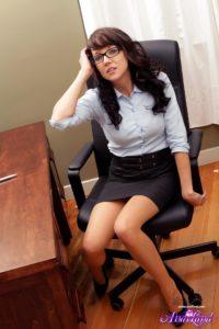 Красивая секретарша без трусов